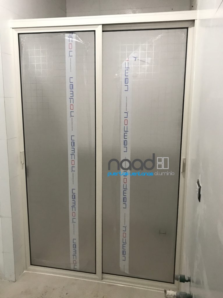 Cancel de ba o en aluminio y plastico naad for Puertas de aluminio blanco para bano