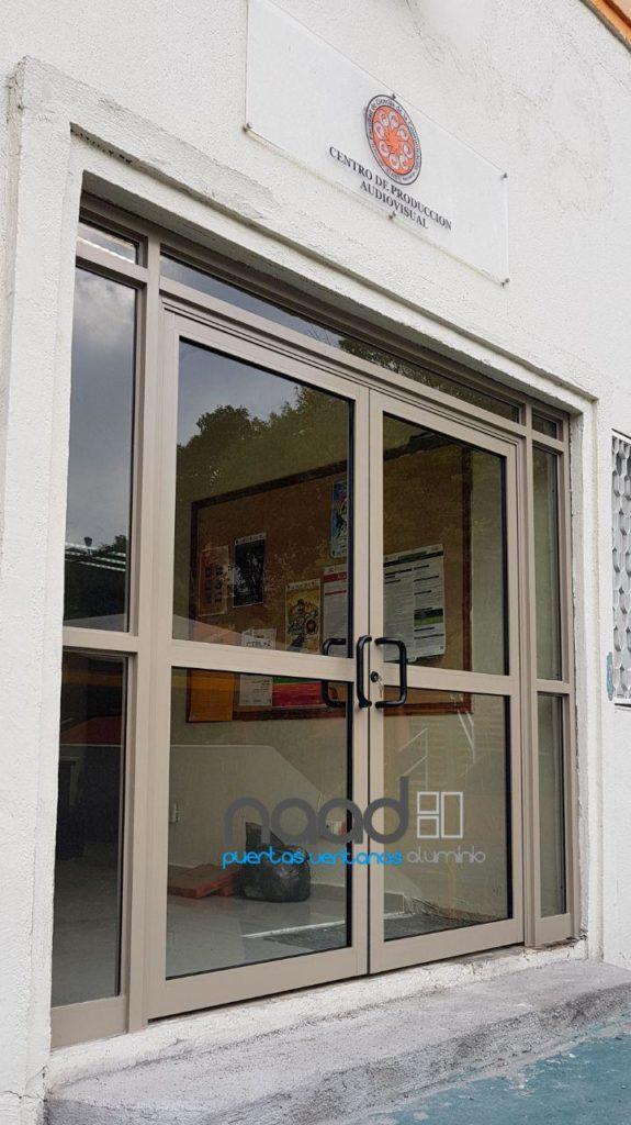 Puerta de aluminio doble con fijos laterales y superior - Cierra puertas automatico ...